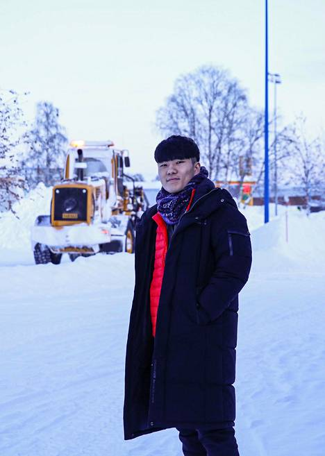 Lee Jiwon hämmästyi silminnähden nähdessään ison lumiauran Ivalon keskustassa.