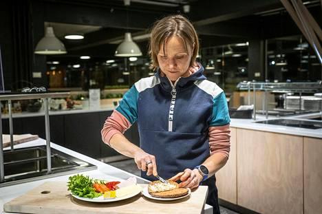 Ex-triathlonisti Salin lautasella on aimo annos kasviksia.