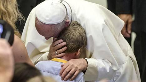 Paavi Franciscus puhui Vatikaanissa lauantaina. Hänen vieraanaan oli 5000 katolilaista ranskalaista.
