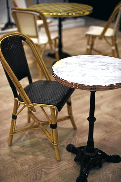 8. Kahvilamiljöö: Trendikästä kahvilatunnelmaa luotiin niin ranskalaishenkisillä tuoleilla kuin pienillä pyöreillä kahvilapöydilläkin.