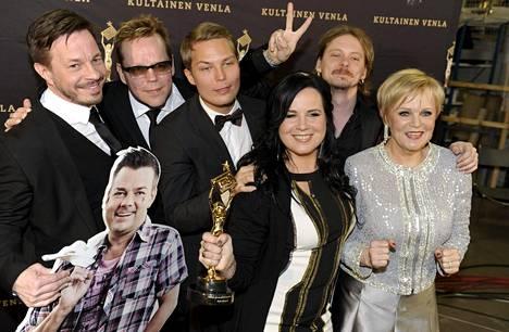 Vain elämää -ohjelman ensimmäisellä tuotantokaudella esiintyivät Erin, Neumann, Cheek, Jonne Aaron, Jari Sillanpää, Kaija Koo ja Katri Helena. Ohjelma palkittiin viihde- ja musiikkiohjelmien Kultaisella Venlalla.