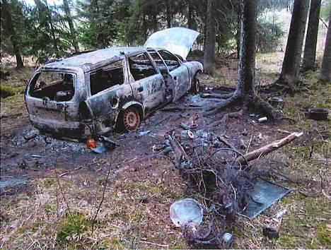 Auto, jolla mies ja Riina olivat liikkuneet, tuhoutui tulipalossa täysin.
