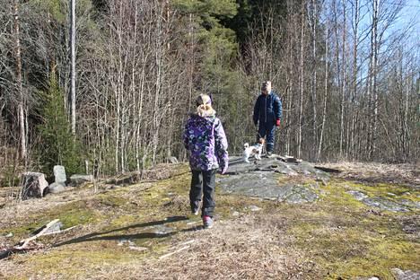 Viima-koira vie perheenjäseniä lenkille.
