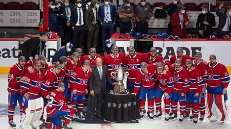 NHL:n varakomissaari Bill Daly saapui jäälle Clarence S. Campbell Bowlin kanssa. Canadiensin pelaajat eivät kuitenkaan koskeneet siihen.