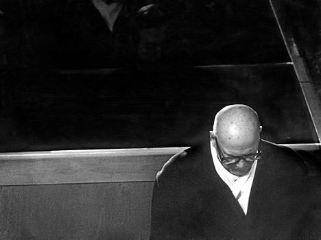 Yksin. Kuuluisa kuva Kekkosesta vaimonsa Sylvin hautajaisissa vuonna 1974.
