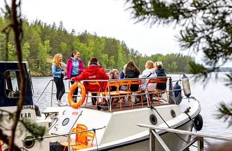 Kallioniemen huvilan isäntä Otto Ravantti vie veneellään matkailijoita tutustumaan Astuvansalmen kalliomaalauksiin.