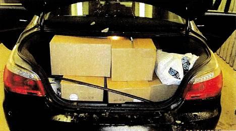 Poliisi etsi pysäyttämästään autosta tutkanpaljastinta, mutta löysikin takakontista 20 kiloa nuuskaa.