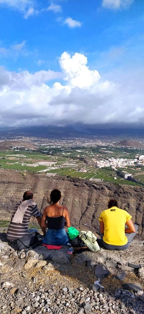 Ihmisiä näköalapaikalla La Palmassa tänään.