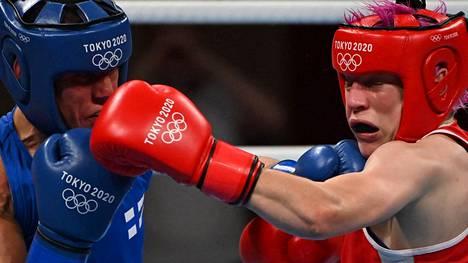 Mira Potkonen (vas.) löi Maiva Hamadouchen naisten alle 60-kiloisten kamppailussa.
