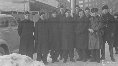 """""""Englantilaiset vapaaehtoiset Helsingissä"""", lukee 1.3.1940 päivätyn kuvan kuvatekstissä. Leen epäillään olevan neljäs mies vasemmalta. SA-arkistolla ei ole henkilöistä nimilistaa. Lisäksi arkistosta kerrotaan HS:lle, että kuvan ottopäivä voi olla ollut joku muu."""