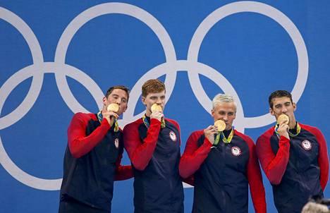 Ryan Lochte (toinen oik.) juhli kultamitalia Riossa osana Yhdysvaltain 200 metrin vapaauintiviestijoukkuetta.