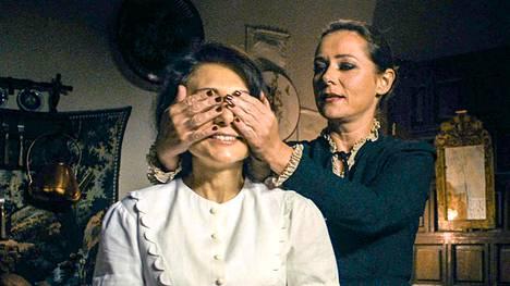 Cynthia (Sidse Babett Knudsen) ja Evelyn (Chiara D'Anna) elävät arkeaan fantasianäytelmän kautta.