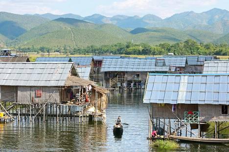 Intha-kansan asuttamalla Inle-järvellä asutaan kelluvissa kylissä, jossa talot on tehty paalujen varaan.