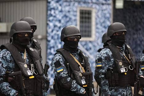 Ukrainan kansalliskaartin sotilaat harjoittelivat Mariupolin satamakaupungissa maanantaina. Mariupolin pelätään joutuvan hyökkäyksen kohteeksi, jos Venäjä päättää tavoitella maakäytävän avaamista Krimille.
