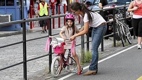 Katie Holmes vei Surin pyöräajelulle.