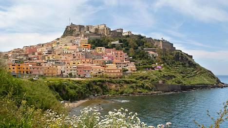 Castelsardon muinainen linnoituskaupunki lymyää kukkulan päällä. Pikkukaupunki tunnetaan korinpunojistaan.