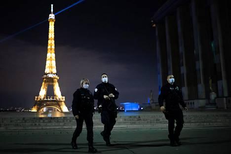 Kello 21 alkava ulkonaliikkumiskielto on muuttanut Pariisin kadut aavemaisen hiljaisiksi. Viime viikon sunnuntaina vain poliiseja liikkui tavallisesti aina vilkkaalla Trocadéron aukiolla.