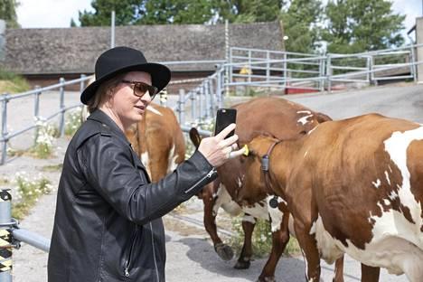 Jaajo Linnonmaa innostui kuvaamaan lehmiä.
