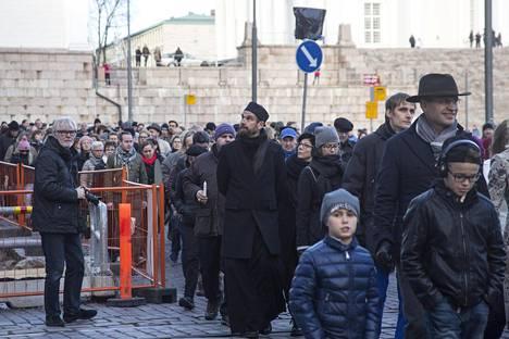 Poliisin mukaan marssi sujui rauhallisissa tunnelmissa. Ihmisjoukko marssi Senaatintorilta Ranskan suurlähetystöön.