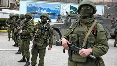 Aseistautuneet miehet seisoivat vartiossa Balaklavassa Krimillä.