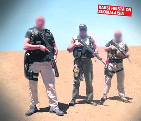 Tässä kuvassa olevista kolmesta miehestä kaksi on suomalaisia Irakissa toimivia turvamiehiä.
