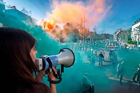 Vappusanomaa.  Mielenosoittajien joukko kulki iskulauseiden ja värillisen savun tahdittamana Strasbourgissa Ranskassa.