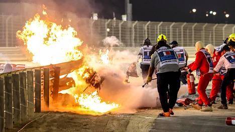 F1-kuski Romain Grosjean selvisi pelottavasta tilanteesta täpärästi.