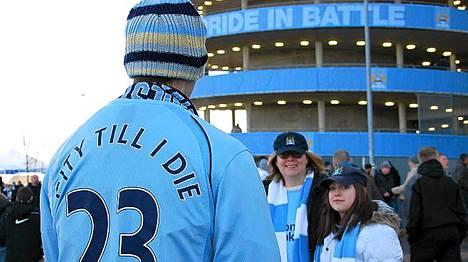Manchester Cityn fani julistaa uskollisuuttaan paidan tekstillä: City kuolemaan saakka. Suosikkiseura periytyy isältä pojalle ja äidiltä tyttärelle.