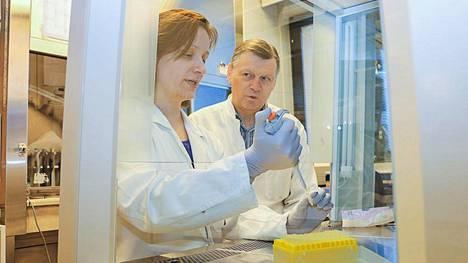 Turun yliopiston virusopin dosentti Laura Kakkola ja professori Ilkka Julkunen laboratoriossa vuonna 2015.
