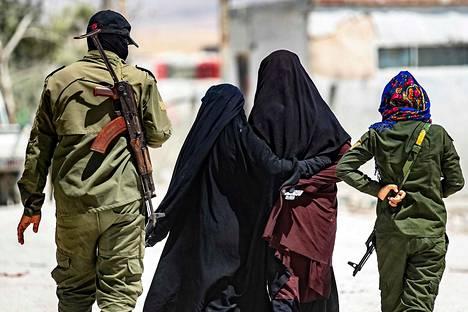 Vartijat saattavat naisia Al-Holin pakolaisleirillä 23. heinäkuuta.