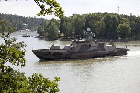 Ohjusvene Hamina Ruissalon edustalla Turussa kesällä 2014. Tuolloin Merivoimat teki havaitsi tuntemattoman vedenalaisen kohteen kaupungin edustalla.