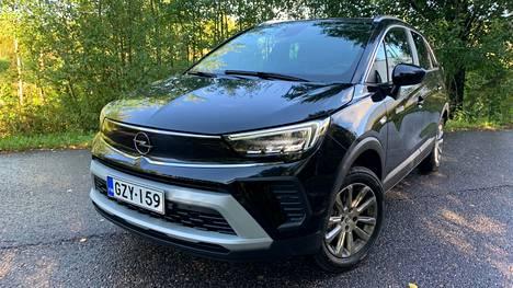 Sähköautomuodin mukaisesti umpimalliseksi muuttunut nokkamaski pitää Opel Crosslandin tapauksessa sisällään bensiinikoneen.