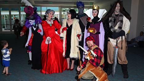 Disneyn roistokavalkadissa vasemmalta oikealle: Kapteeni Koukku (taustalla), Yzma, Tuhkimon äitipuoli Lady Tremaine, Cruella de Vil, hänen takanaan Hades, Lumikin äitipuoli kuningatar Grimhilde, Shan Yu ja edessä pahin kaikista: Bambi-elokuvan metsästäjä.