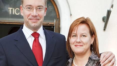 Elina Pirjatanniemi ja Stefan Wallin menivät naimisiin vuonna 1995. Kuvassa pari PlayMe-musikaalin ensi-illassa Svenska Teaternissa vuonna 2009.