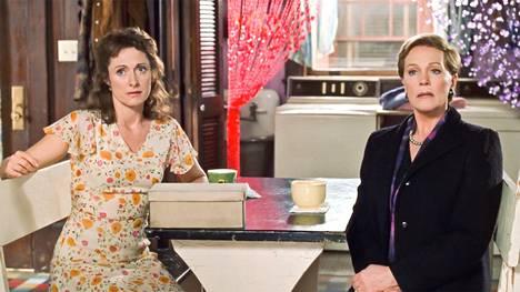 Caroline Goodall (vas.) nähtiin Mian äidin Helenin roolissa.