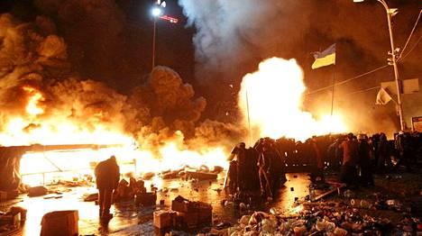 Poliisi aloitti hyökkäyksen Itsenäisyyden aukiolle tiistai-iltana.