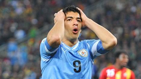 Luis Suarez kohahdutti jalkapallomaailmaa 2. heinäkuuta 2010.
