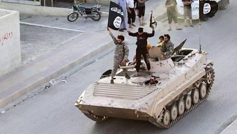 Isis-taistelijoita sotilasparaatissa Syyriassa kesällä 2014. Arkistokuva.