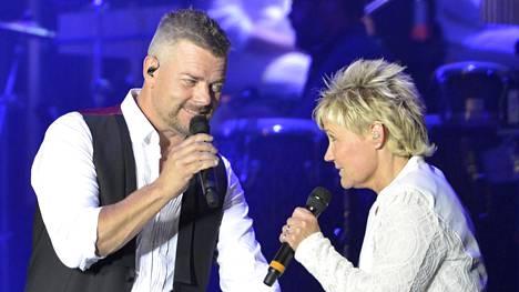 Jari Sillanpää lauloi Sari-siskonsa kanssa dueton 50-vuotiskonsertissaan Olympiastadionilla.