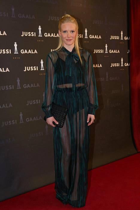 Laura Birn on palannut töihin äitiyslomaltaan. Jussi-gaalassa hänellä oli yllään vihreä, läpikuultava puku.