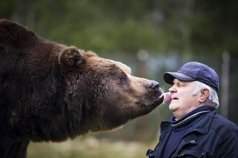 Sulo Karjalainen ja Juuso-karhu Kuusamon suurpetokeskuksessa.