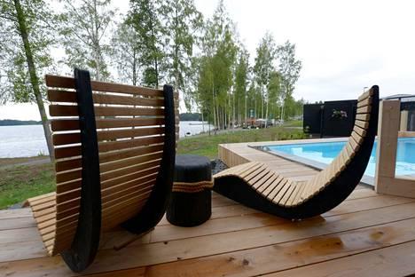 Uima-altaalta voi siirtyä ottamaan aurinkoa.
