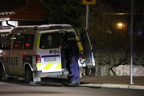 Poliisit olivat paikalla raskaasti varustautuneina.