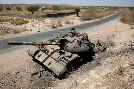 Tuhoutunut tankki maaliskuussa Etiopian Humerassa.