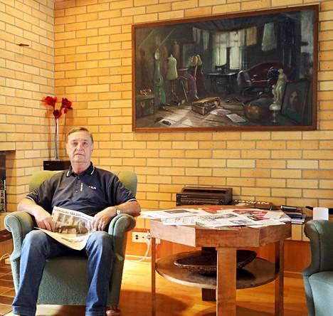 Ryysyrannan nykyinen isäntä Pekka Koskelainen talon olohuoneessa.