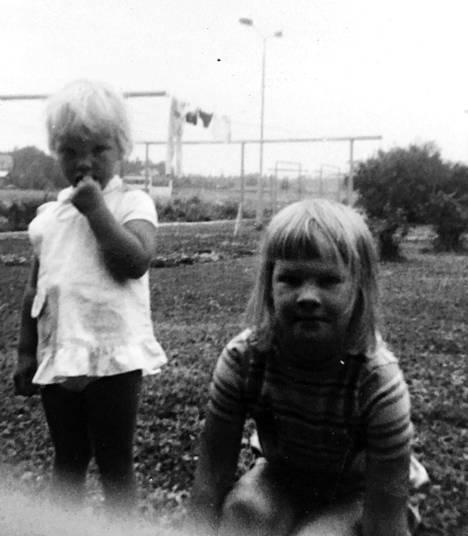 Eva Biaudet (oik.) pikkusisarensa Lenan kanssa kodin pihapiirissä Kannelmäessä 60-luvulla. Taustalla näkyvien pyykkitelineiden ympärillä oli hauska juoksennella.