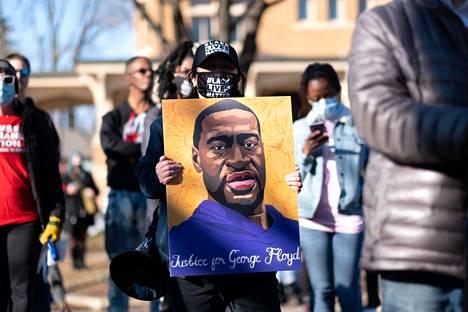 George Floydin kuvasta tuli mielenosoittajien vakiovaruste tapauksen jälkeen. Kuva mielenilmauksesta Minneapolisista lauantailta.