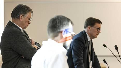 Ylilääkäri Antti Hakanen (edessä), virusopin professori Ilkka Julkunen (takana) ja johtajaylilääkäri Mikko Pietilä kartoittivat alueen koronatilannetta.
