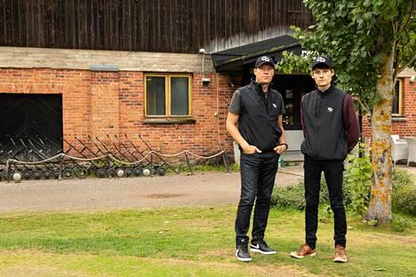 Kotojärven golfkerho on tuttu paikka molemmille Sotaloille. He käyvät siellä pelaamassa ainoastaan kahdestaan.