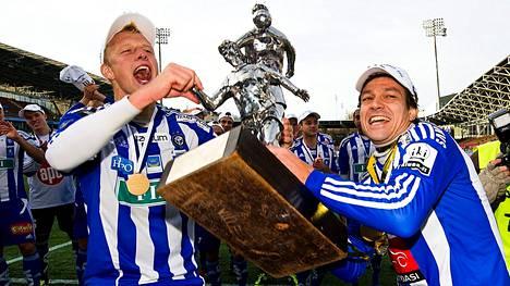 HJK:n Mathias Lindström ja Jari Litmanen pääsivät juhlimaan Veikkausliigan mestaruutta kaudella 2011.